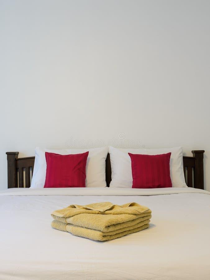 Witte slaapkamer met gele handdoeken op bed stock foto's