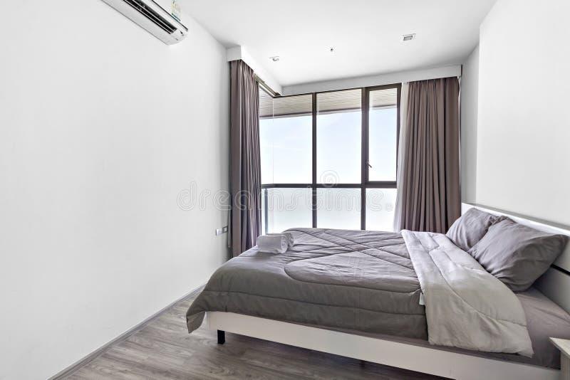 Witte slaapkamer met overzeese mening stock afbeelding