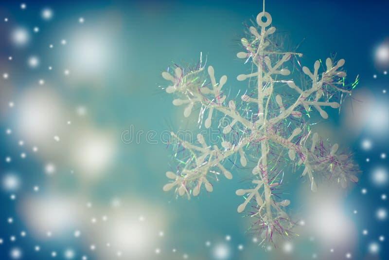 Witte sneeuwvlok op blauwe achtergrond stock afbeeldingen