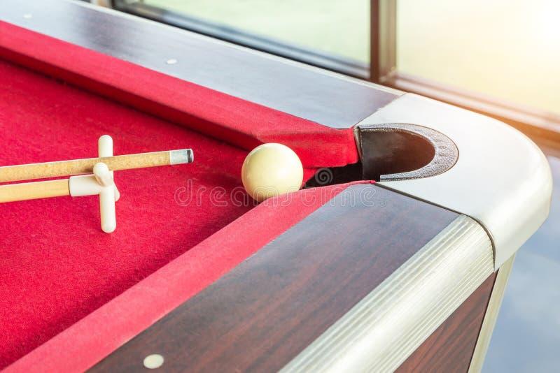 Witte snookerbal en richtsnoerstok met rust dichtbij het hoekgat royalty-vrije stock foto