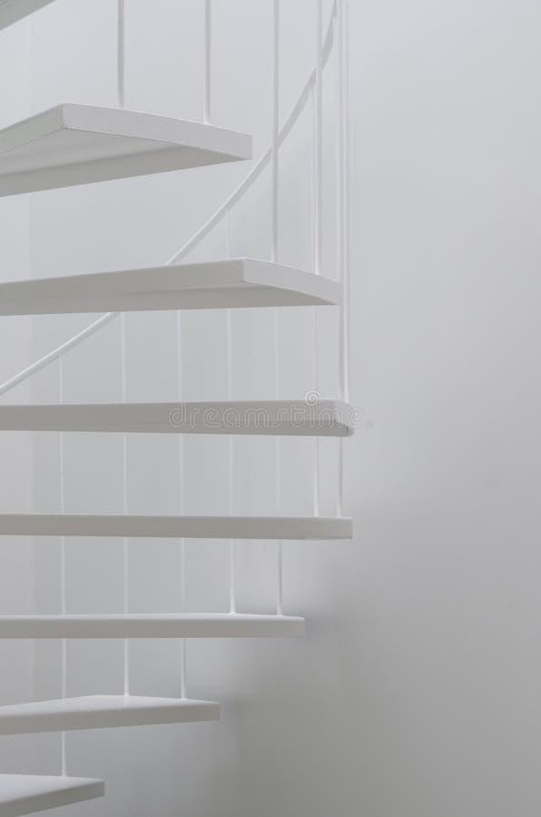 Witte spiraalvormige trede stock foto