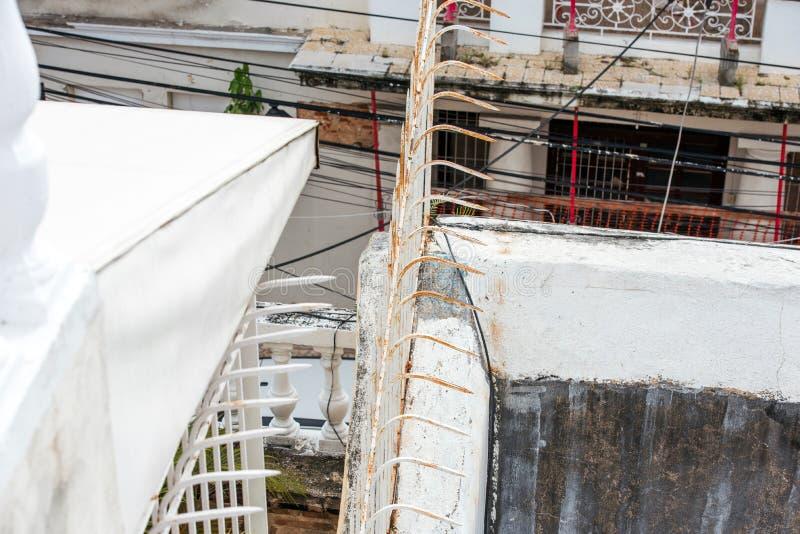 Witte staalomheining in Santo Domingo, Dominicaanse Republiek Close-up Hoogste mening royalty-vrije stock fotografie
