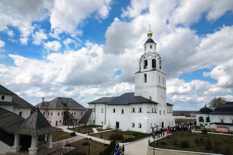 Witte steenklokketoren van het veronderstellingsklooster, Rusland stock afbeelding