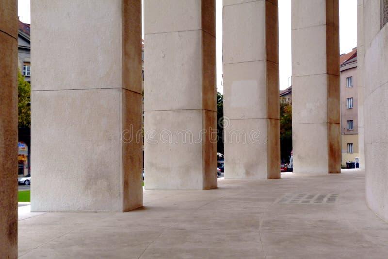 witte steenkromming in stedelijke omgeving met streetscape royalty-vrije stock fotografie