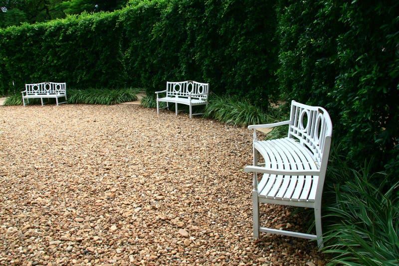 Witte stoel in de tuin royalty-vrije stock foto's