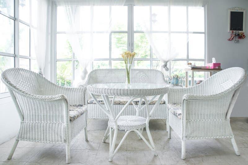 Witte stoel en lijst en venstervensterbank op achtergrond stock afbeeldingen