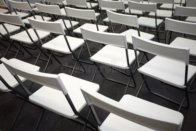 Witte stoelen stock afbeelding