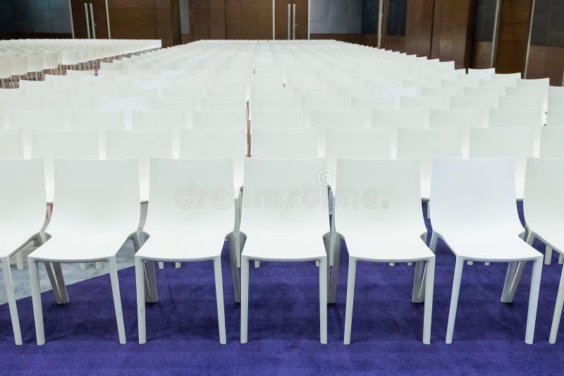 Luxe Witte Stoelen.Witte Stoelen In Een Luxehotel Stock Afbeelding Afbeelding