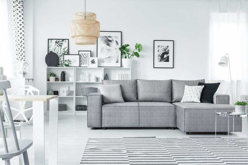 Witte studio met galerij stock foto. afbeelding bestaande uit