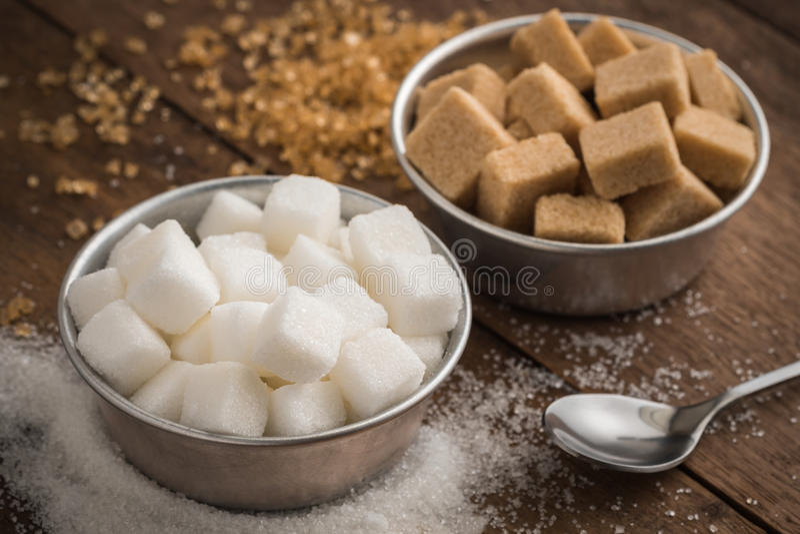 Witte suiker en bruine suiker in kom op houten lijst royalty-vrije stock foto
