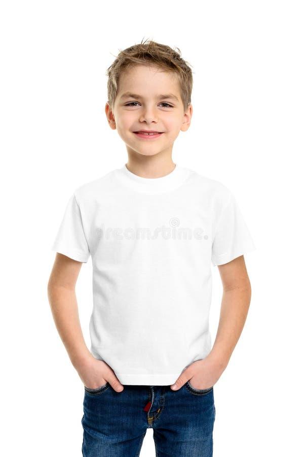 Witte T-shirt op een leuke jongen stock foto