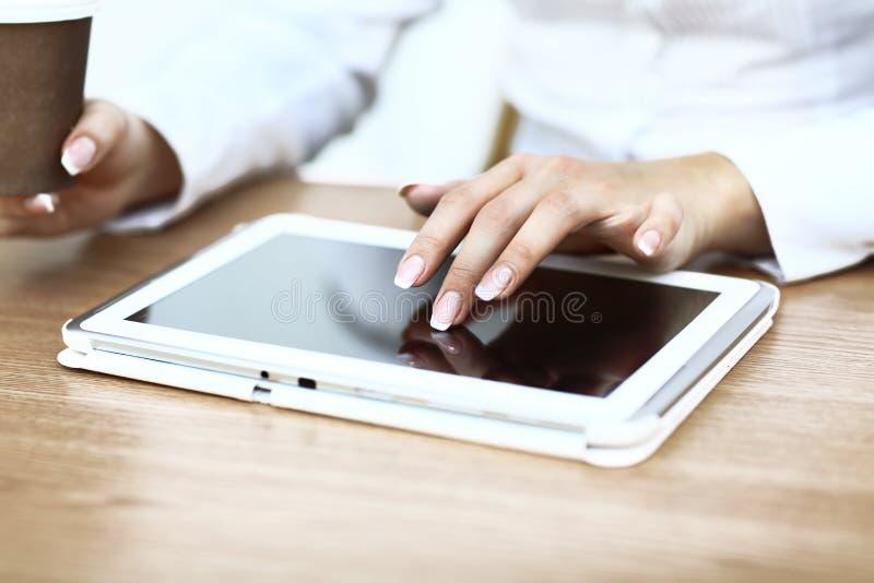 Download Witte Tablet Met Het Leeg Scherm In De Handen Stock Foto - Afbeelding bestaande uit notitieboekje, mededeling: 39111910
