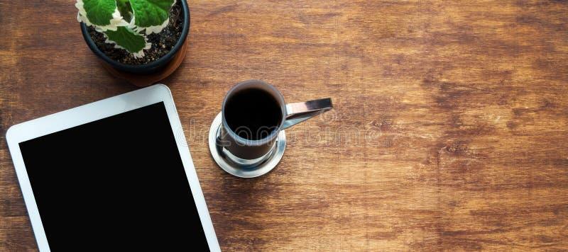 Witte tablet met het zwarte lege scherm, kop van koffie en groen FL royalty-vrije stock afbeeldingen