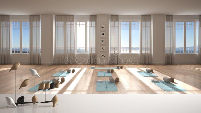 Witte tafelklep of plank met minimale vogelversiering, birdie knick - knack over lege yoga-studio, open ruimte met matten en royalty-vrije stock afbeeldingen