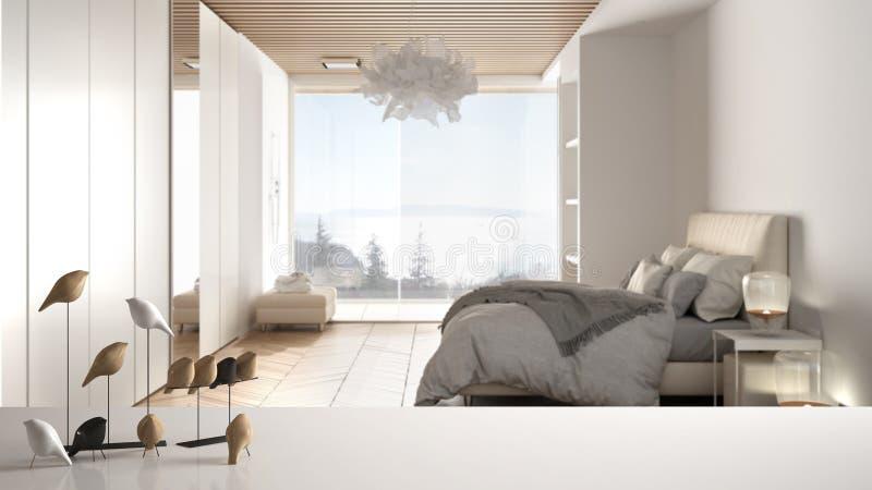 Witte tafelklep of plank met minimale vogelversiering, birdie knick - overhoop over vervaagde hedendaagse luxe slaapkamer met royalty-vrije stock foto