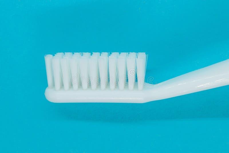 Witte tandenborstel op blauwe achtergrond stock afbeelding
