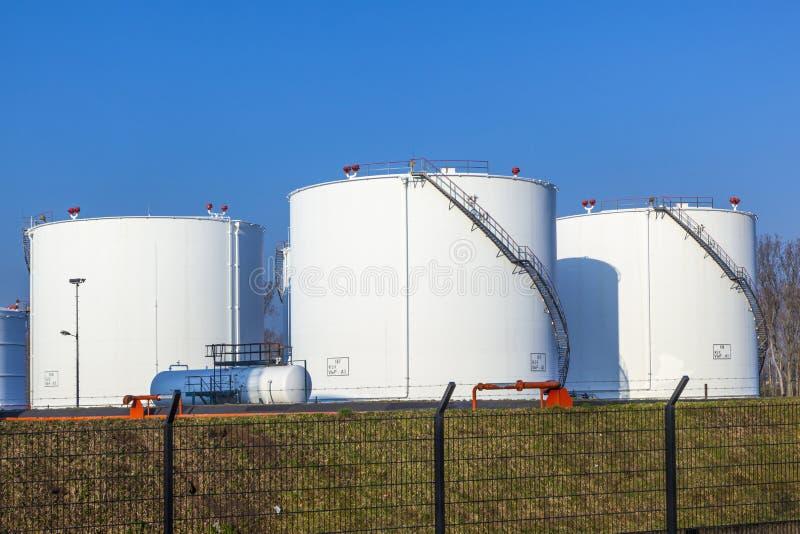 Witte tank in tanklandbouwbedrijf met blauw royalty-vrije stock foto
