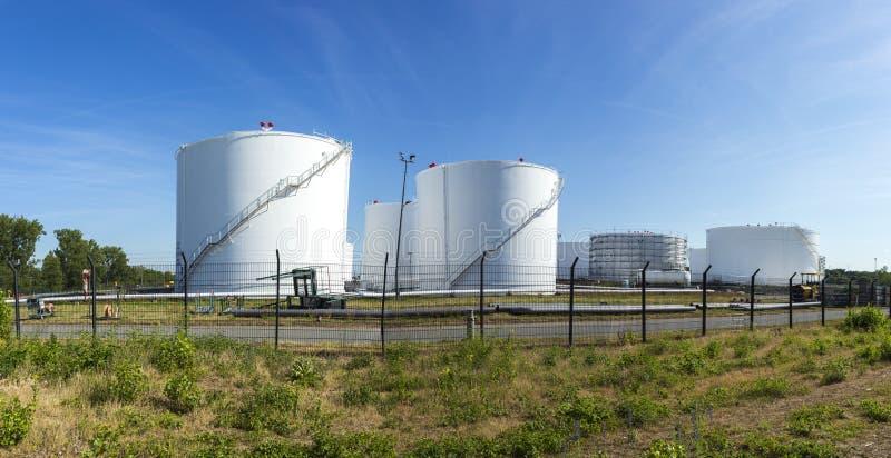 Witte tanks in tanklandbouwbedrijf met ijzertrap stock foto