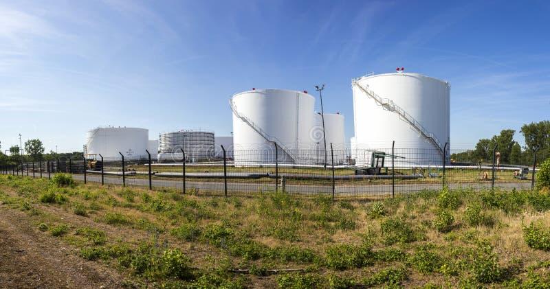 Witte tanks in tanklandbouwbedrijf met ijzertrap stock afbeeldingen