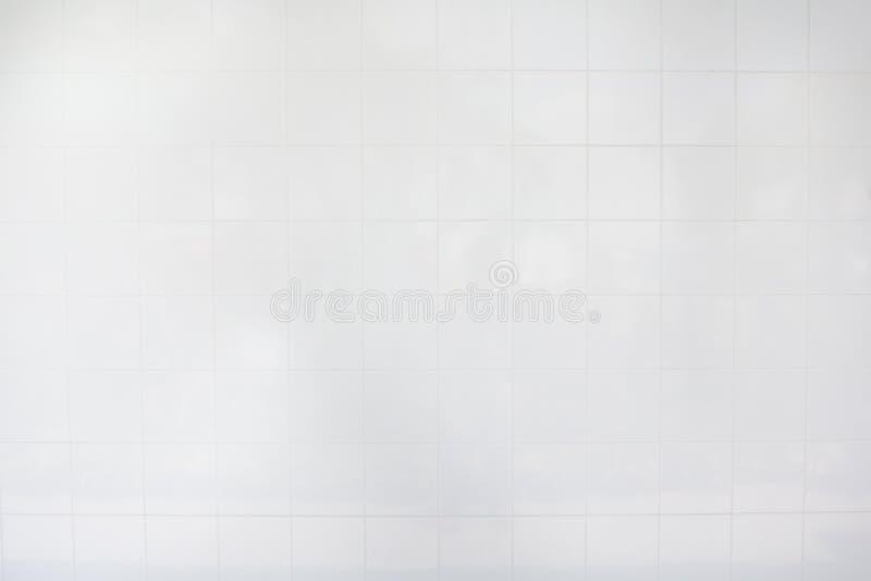 Witte tegelmuur/het Witte bureau van de tegelsvloer met isolate op witte achtergrond voor binnenlands ontwerp stock foto