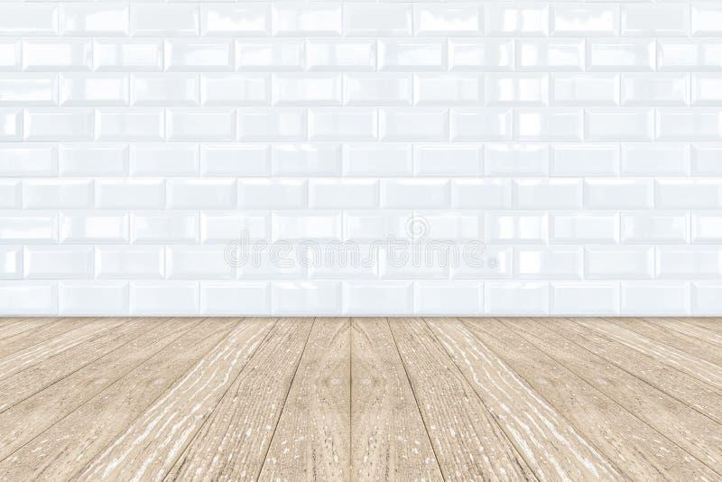 Witte tegelmuur Van keramische steen en houten vloer stock foto's