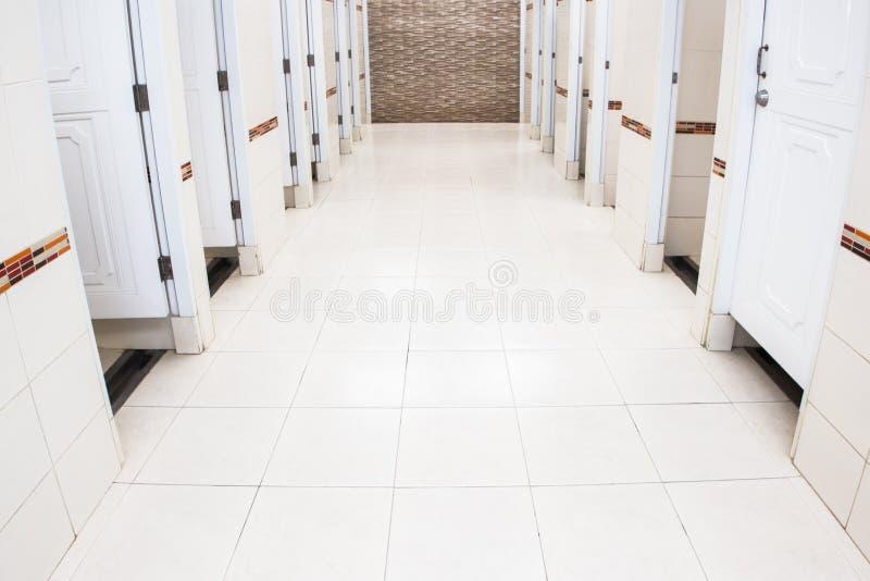 Witte tegelsbadkamers Betegelde vloer marmeren wit ideaal voor een achtergrond en gebruikt in binnenlands ontwerp stock foto's