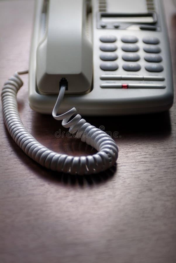 Witte telefoon op houten bureau stock fotografie