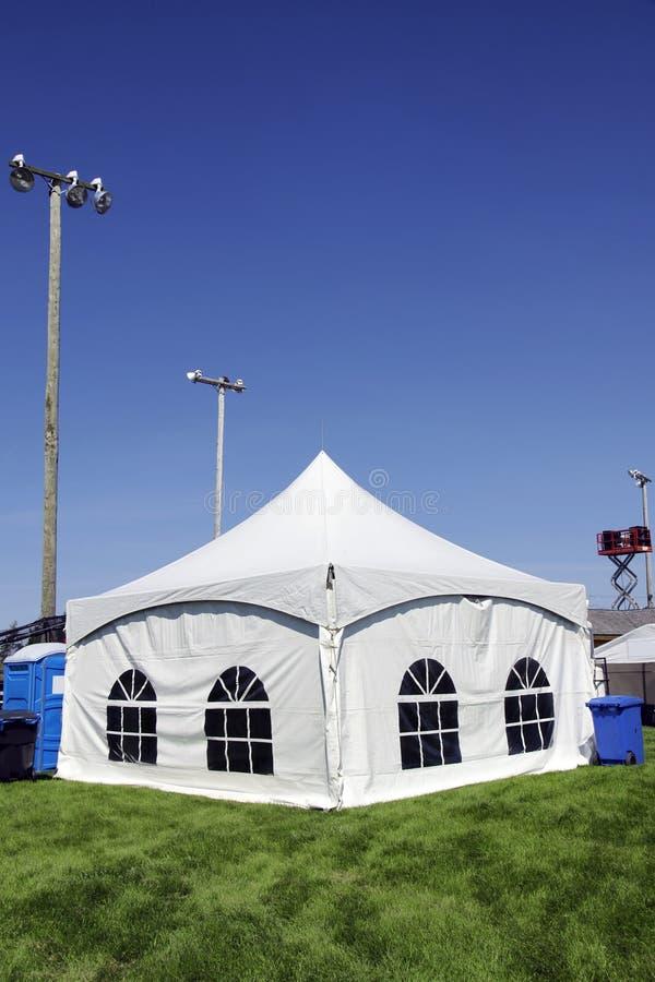 Witte tent op grasverticaal stock afbeeldingen