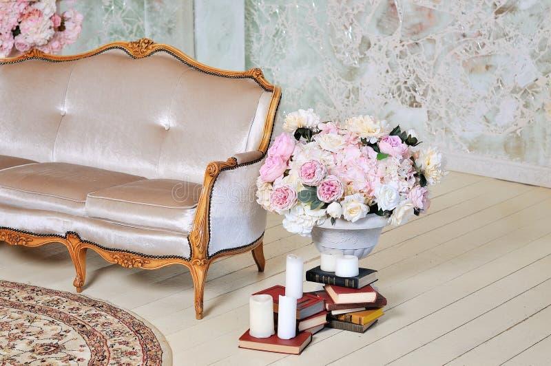 Witte textiel klassieke stijlbank royalty-vrije stock afbeelding