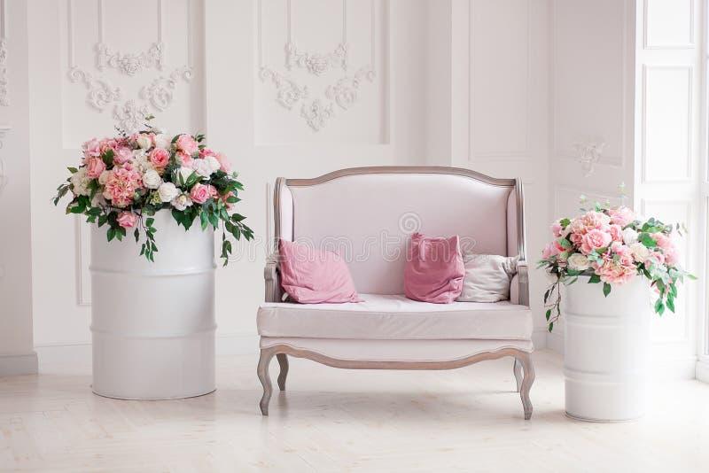 Witte textiel klassieke stijlbank in uitstekende ruimte Bloemen ob geschilderde vaten royalty-vrije stock foto's