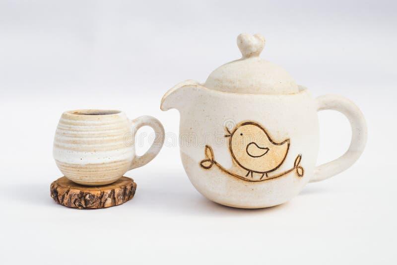 witte theepot en ceramische steengoedkop met witte achtergrond royalty-vrije stock foto's