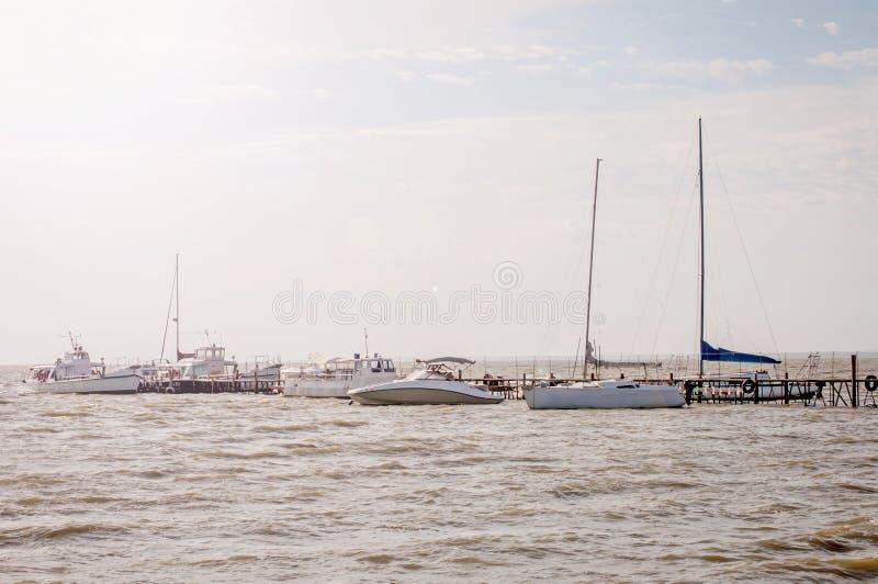 Witte toeristenschepen bij de pijler in Yeisk-estuarium stock foto