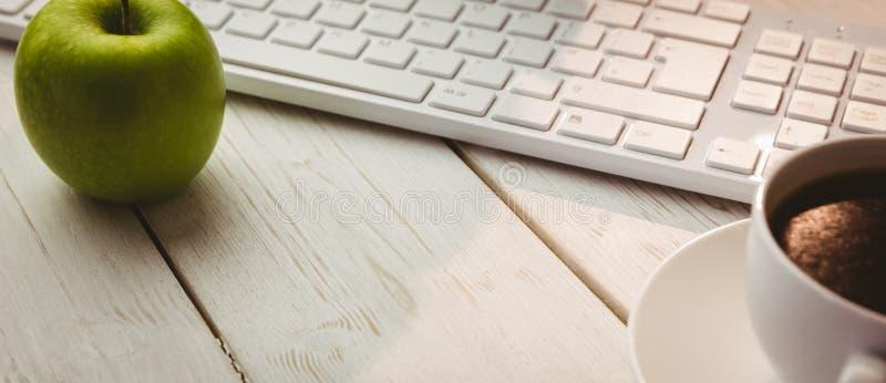 Witte toetsenbord en kop van koffie stock foto