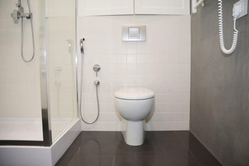 Witte toiletkom met thermostatisch elektrisch handdoekspoor voor bad royalty-vrije stock foto's