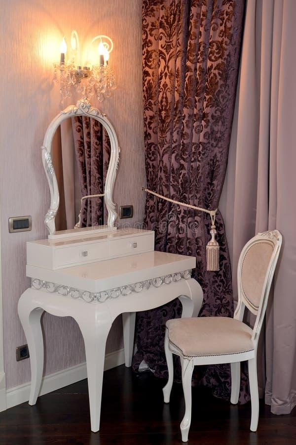 Witte toilettafel en stoel in een woonkamer stock for Stoel woonkamer