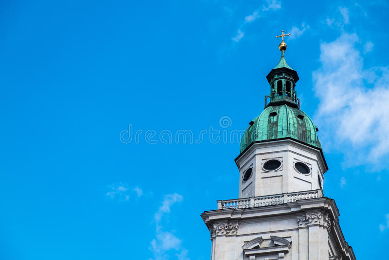 Witte toren, groen dak, gouden kruis op bovenkant royalty-vrije stock fotografie
