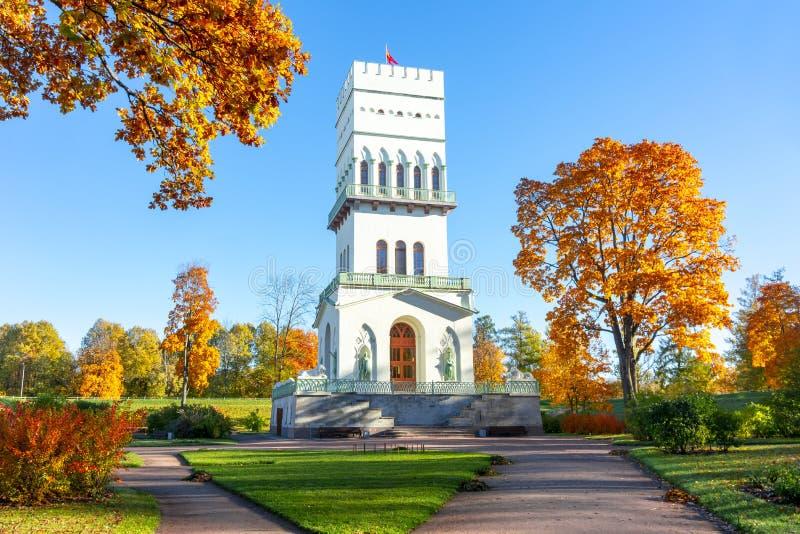 Witte toren in het park van Alexander in Tsarskoe Selo in de herfst, Pushkin, St. Petersburg, Rusland stock afbeeldingen