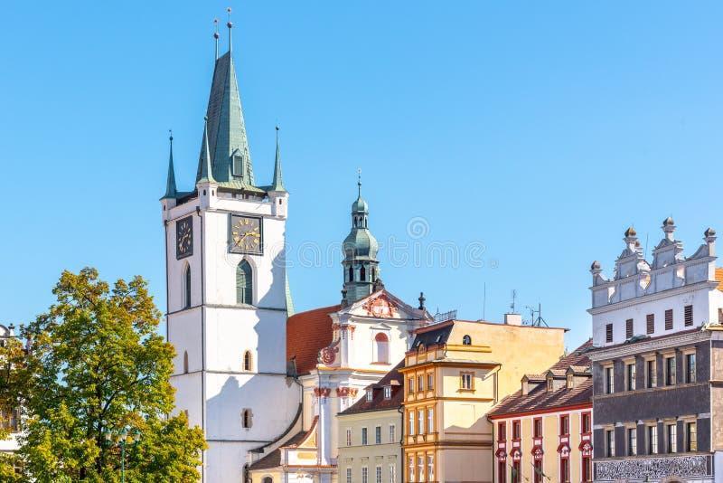 Witte toren van Al Heiligenkerk dichtbij hoofdvredesvierkant, Litomerice, Tsjechische Republiek royalty-vrije stock fotografie