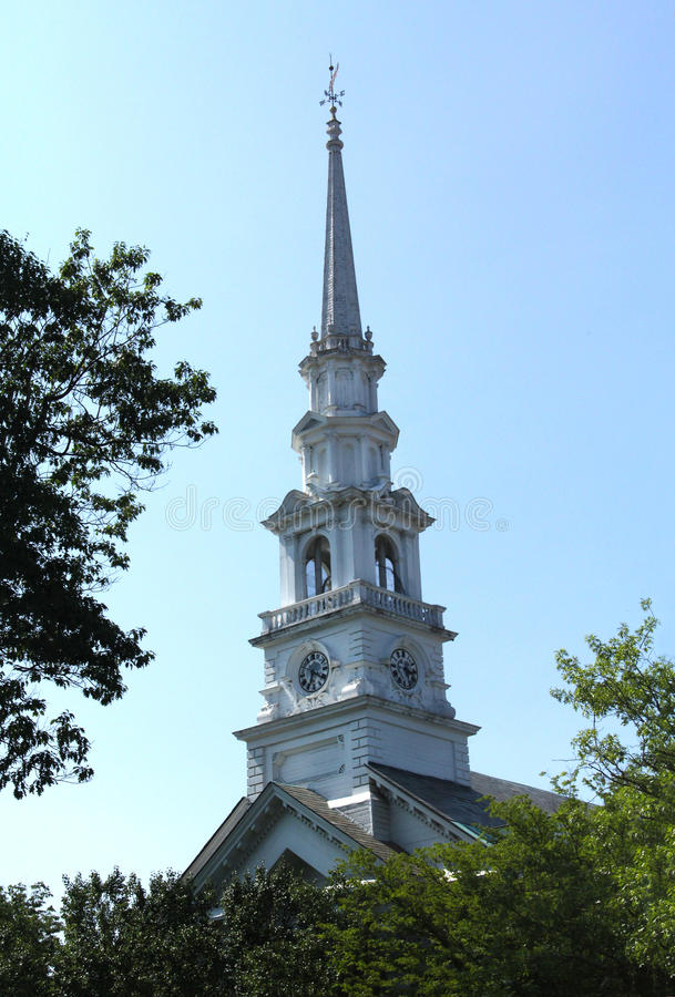 Witte torenspits van kerk in Keene van de binnenstad, New Hampshire stock afbeelding