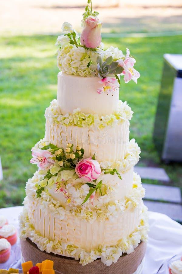 Witte Traditionele Huwelijkscake royalty-vrije stock afbeelding