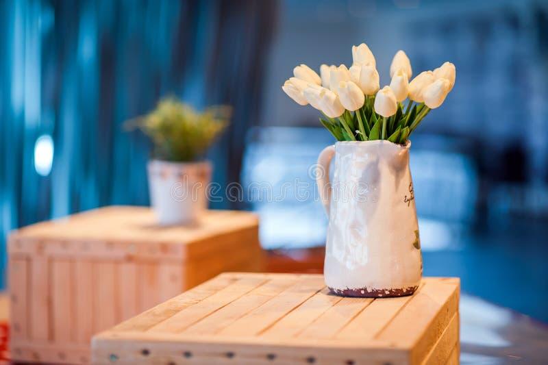Witte tulpen in een vaas royalty-vrije stock afbeeldingen