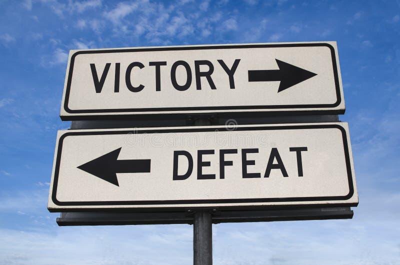 Witte twee straatborden met een pijl op een metalen stok met een overwinning en een nederlaag royalty-vrije stock afbeelding