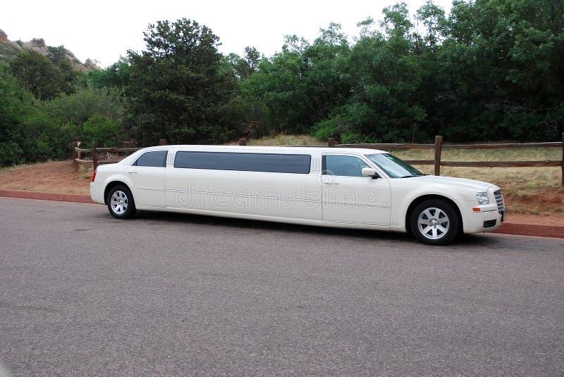 Witte uitgerekte limousine voor beroemdheden en speciale gebeurtenissen royalty-vrije stock afbeelding