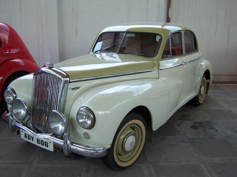 Witte uitstekende auto in Sudha Cars Museum, Hyderabad royalty-vrije stock afbeeldingen