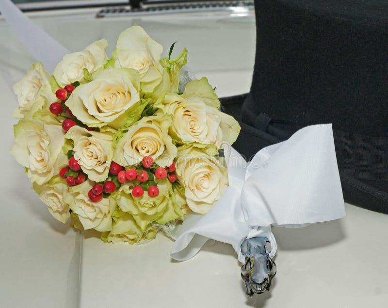 Witte uitstekende huwelijksauto, het boeket van de bruid en man zwarte hoed royalty-vrije stock fotografie