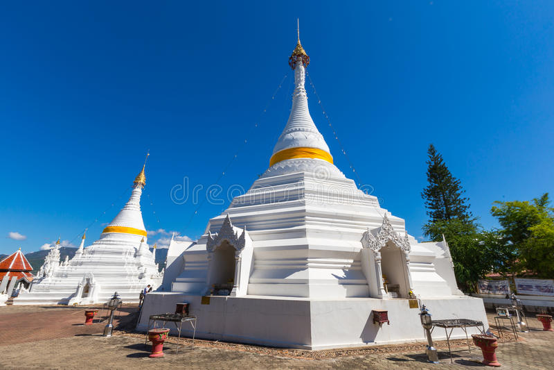 Witte unieke pagode in Wat Phra That Doi Gongmoo-oriëntatiepunt royalty-vrije stock fotografie