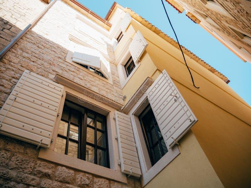 Witte vensterblinden De voorgevel van huizen royalty-vrije stock foto