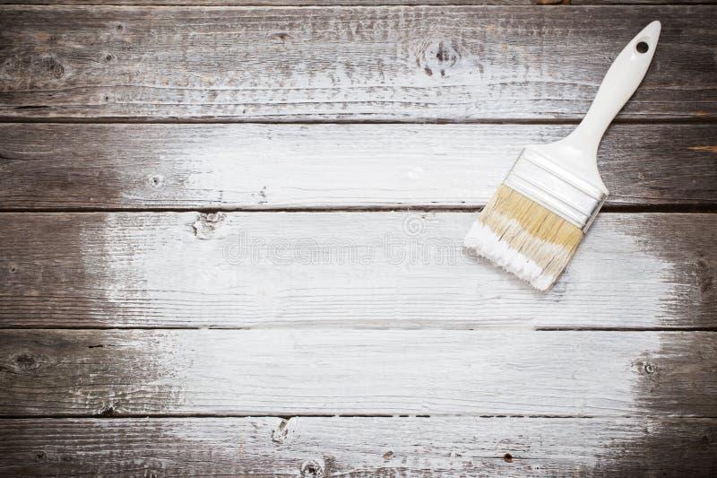 Witte verfruimte met penseel stock afbeelding