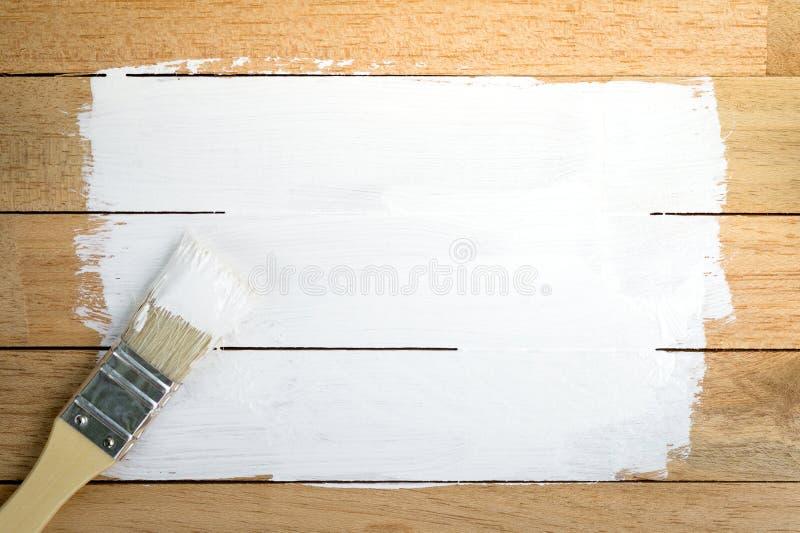 Witte verfruimte met penseel op houten achtergrond stock foto's