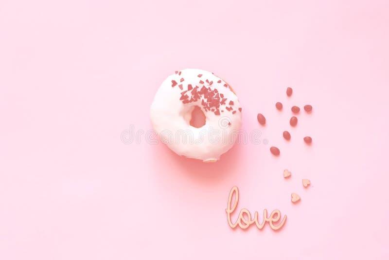 Witte verglaasde doughnut met zwarte chocoladesnoepjes op kraagachtergrond Vlak leg Voedselconcept, kleurrijke ontbijtkleur van 2 royalty-vrije stock afbeelding